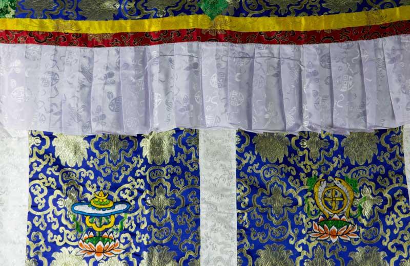 tenture de porte tibetaine tissu brocart bleu broderie bouddhiste 179x95cm 25709. Black Bedroom Furniture Sets. Home Design Ideas